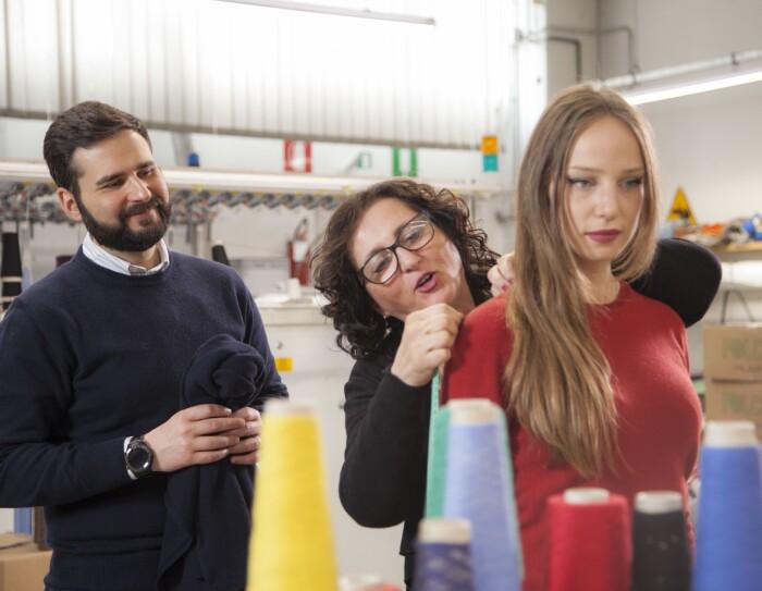 L'imprenditore leonardo Dondini nel maglificio di famiglia insieme ad un'impiegata, provando un capo di cashmere su una modella