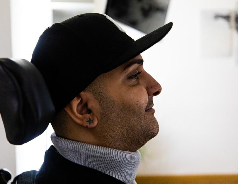 Hamoun Kamai wird im Alltag von Alexa unterstützt.