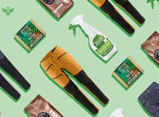 """Amazon lanza 'Climate Pledge Friendly' en Europa para ayudar a los clientes a encontrar y comprar productos sostenibles. El programa se lanza con más de 40.000 productos Climate Pledge Friendly en España, Alemania, Francia, Italia y Reino Unido con una o más de 19 certificaciones de sostenibilidad. Amazon también lanza """"Compact by Design"""" en Europa, un nuevo programa de certificación de productos diseñados para reducir las emisiones de CO2 mediante una mayor eficiencia y mejor embalaje. En la foto aparecen, sobre un fondo verde algunos de estos productos: sprays de limpueza, café, pantalones deportivos."""