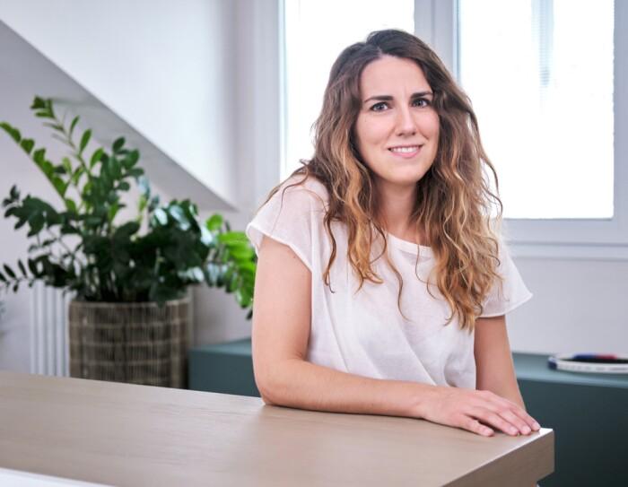 Elena Berselli sorride negli uffici Amazon di Milano