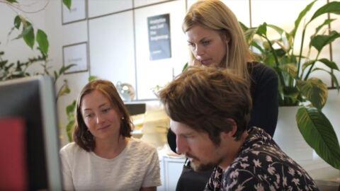 Anna Nordlander und zwei Kollegen arbeiten gemeinsam an einem Computer.
