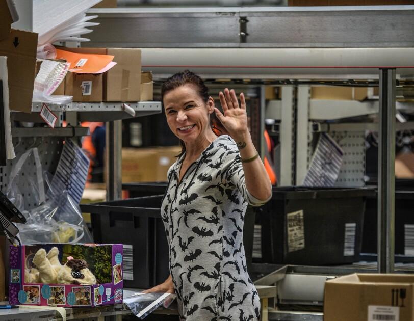 Mitarbeiterin im Logistikzentrum im Schlafdress