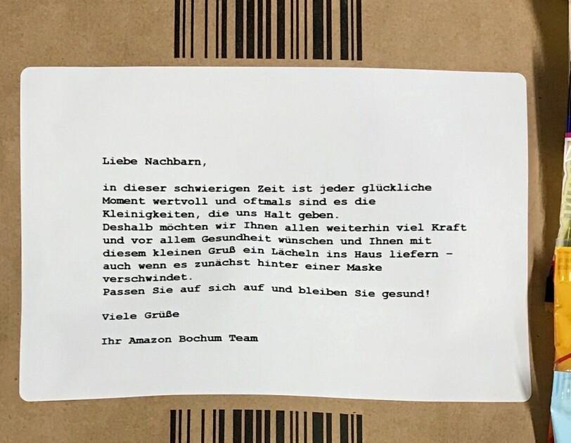 Schreiben an die Nachbarschaft auf einem Amazon Umschlag geklebt.