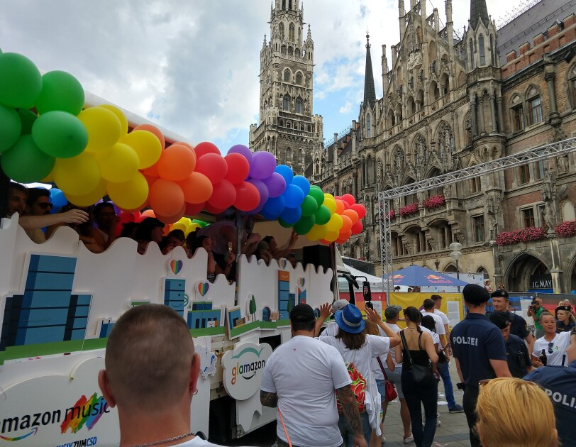 Amazon Mitarbeiter neben dem Glamazon-Wagen auf dem Christopher Street Day in München neben dem Rathaus.