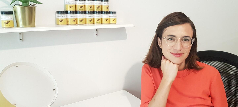Raffaela Rein an ihrem Schreibtisch