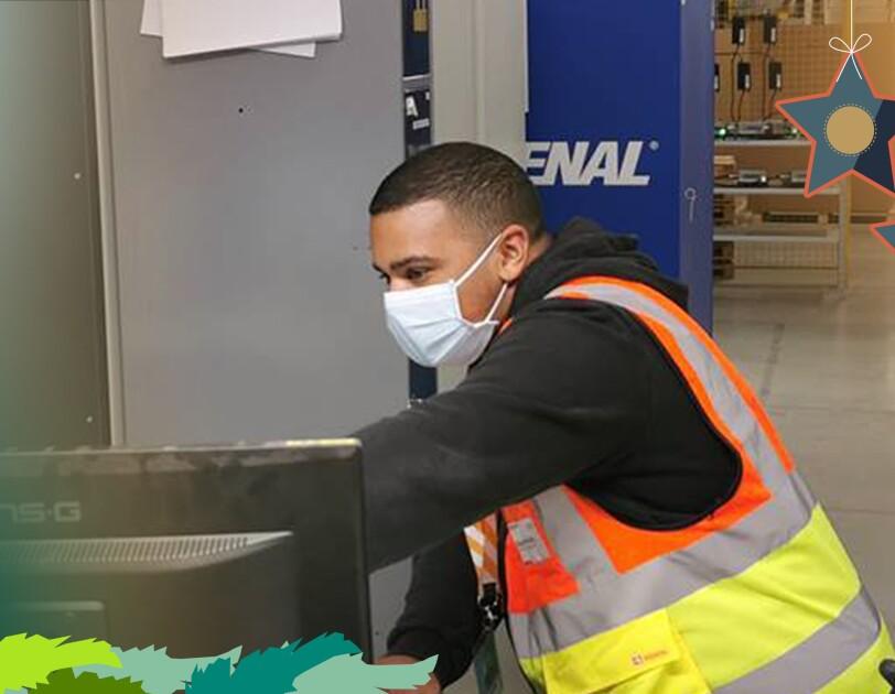 Diego im Logistikzentrum bei der Arbeit