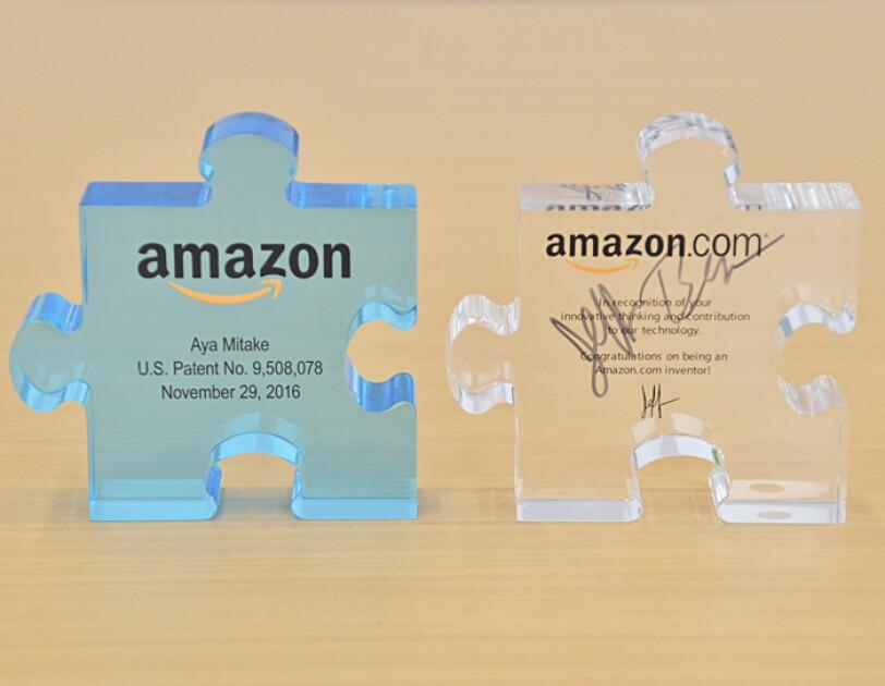 御嶽さんが職務特許を取得し、会社から表彰された記念品