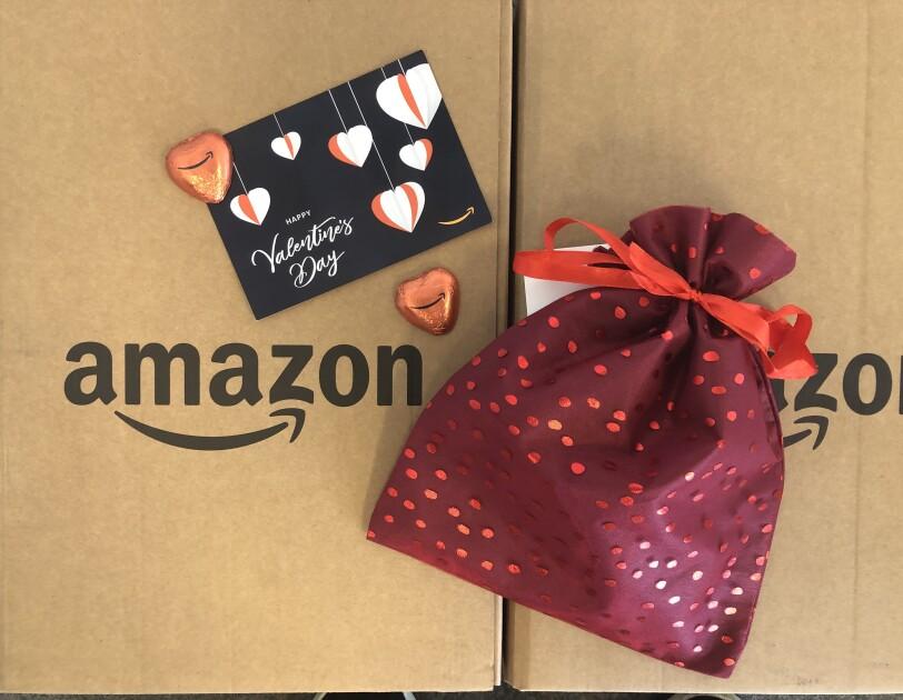 Im Amazon Logistikzentrum packen Besucher Valentinstagspäckchen für ihren Schatz