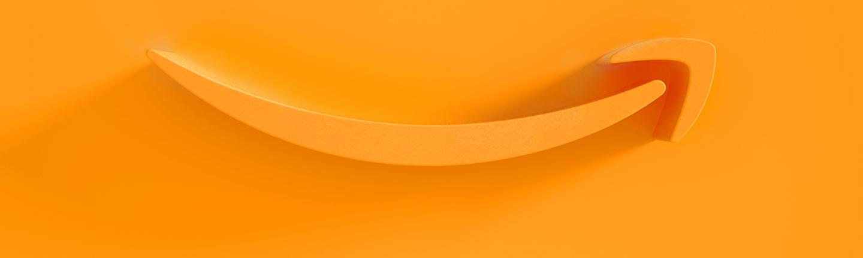 Logo Amazon Smile na pomarańczowym tle. Sam uśmiech jest również pomarańczowy.