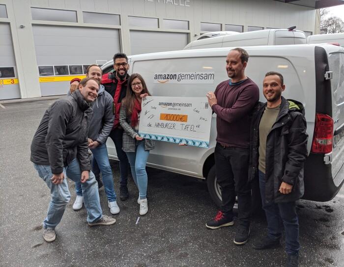 Ein Team von Amazon Mitarbeitern aus Hamburg und Winsen (Luhe) überreichte die Spende an die Hamburger Tafel.