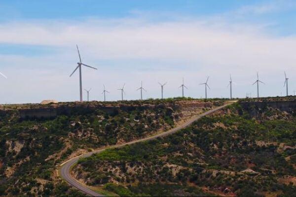 Windfarm in Texas, große Windräder stehen an der Straße
