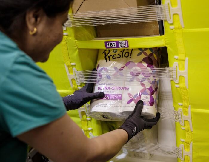 Amazon priorise le stockage et la livraison d'articles essentiels, notamment les produits d'entretien de la maison, les solutions désinfectantes et le lait maternisé.