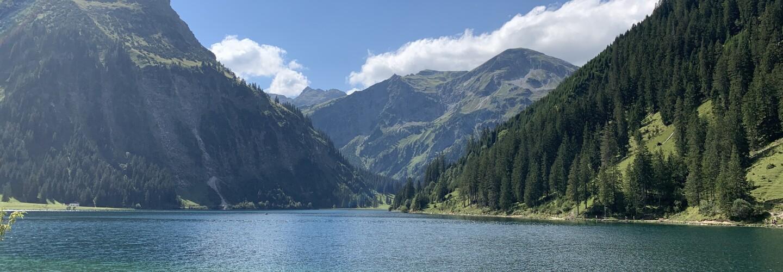 Ein See liegt in Mitten von Bergen.