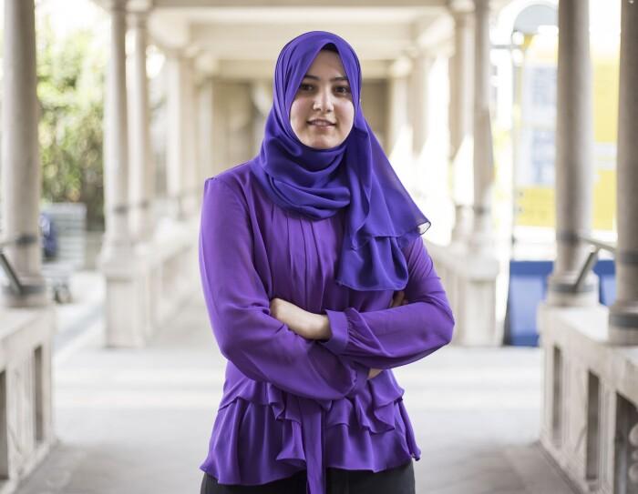 Rania Zaed, in posa a braccia conserte in un chiostro del Politecnico di Milano
