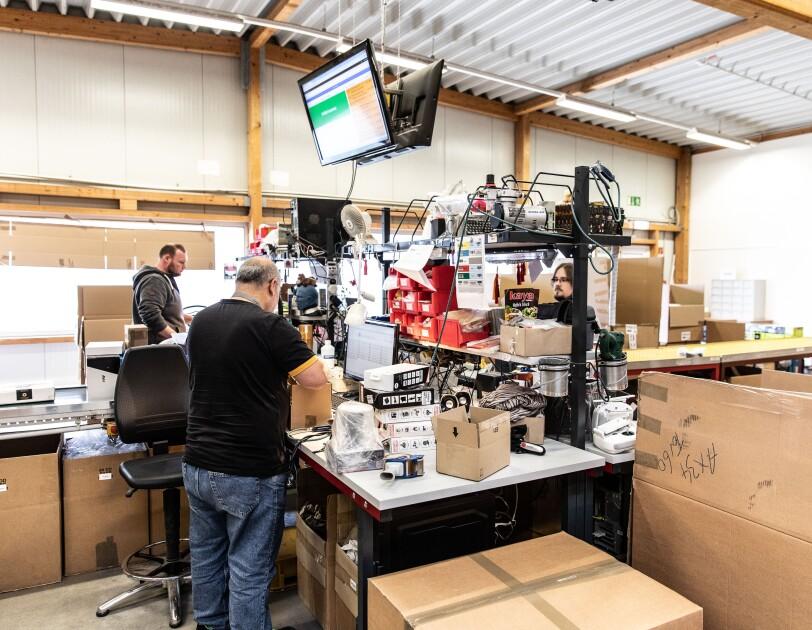 Ralf Hastedt und sein Team kümmern sich bei der Avides Media AG um Waren, die von Amazon Kunden zurückgeschickt werden.