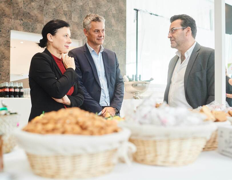 Věra Jourová and Frédéric Duval touring the Marketplace, and discussing with each seller the background of their business and story of their products.