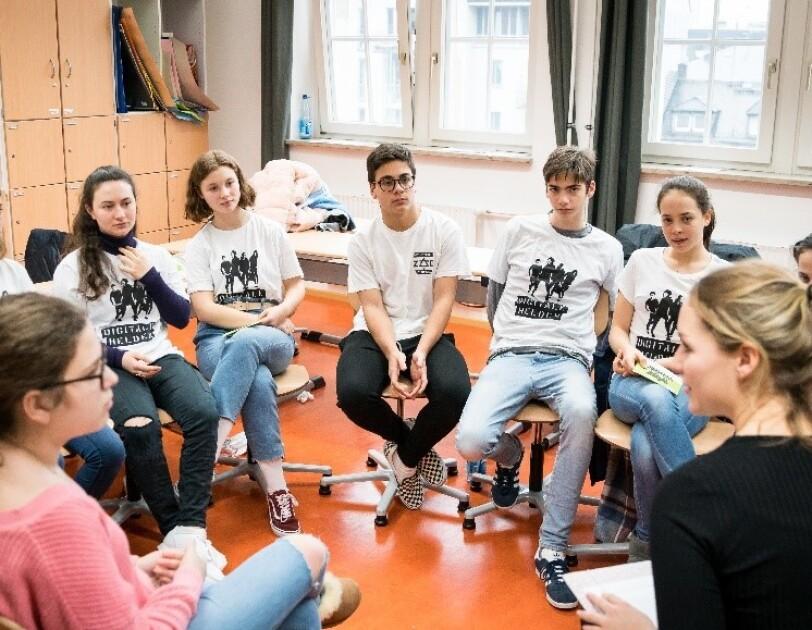 Jugendliche im Sitzkreis
