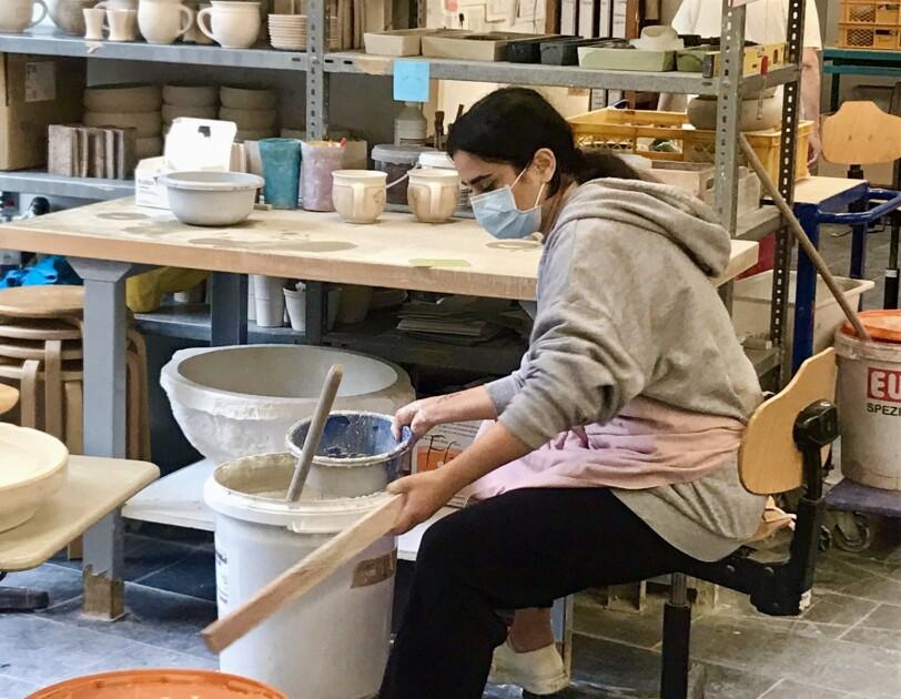 Mitarbeiterin in der Keramikwerkstatt.