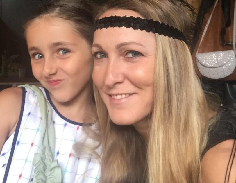 """Jana Seltmann: Rechts im Bild mit einem schwarzen Stirnbandschmuck im Stil der """"Roaring Twenties"""". Recht neben ihr ist die 8-jährige Tochter zu sehen."""