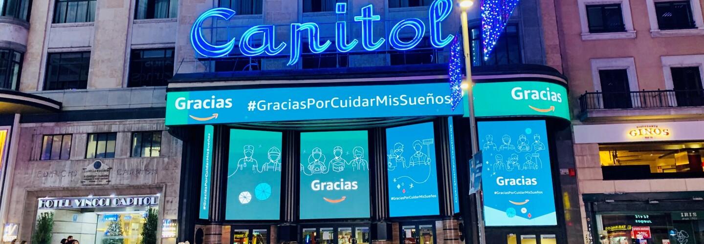 La campaña de Amazon ha durado del 13 al  19 de diciembre. fachada del cine capital en la Gran Vía de Madrid.  Y en la fachada hay 5 pantallas con la palabra Gracias en dos de ellas. En la parte superior además de la palabras gracias aparece la etiqueta GraciasPorCuidarMisSueños. El fondo de la pantalla es azul. En la calle se ve gente paseando y también estás las luces de Navidad.