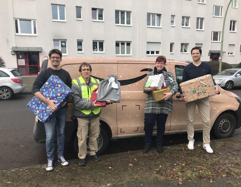 Der Christmas Lieferwagen fuhr Weihnachtsgeschenke zur Arche Berlin-Wedding.JPEG