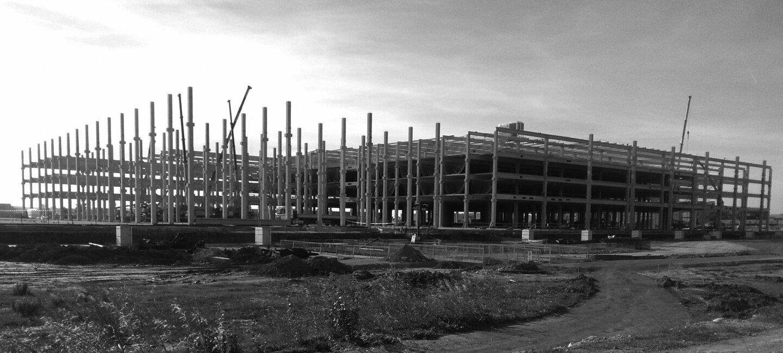 Centro logístico de Barcelona en construcción. Hay grúas que muestran la evolución de las obras.