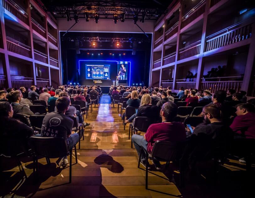 Sala słuchaczy na konferencji
