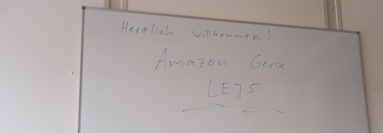 """Flip Chart mit Beschriftung """"Herzlich willkommen! Amazon Gera LEJ5"""""""