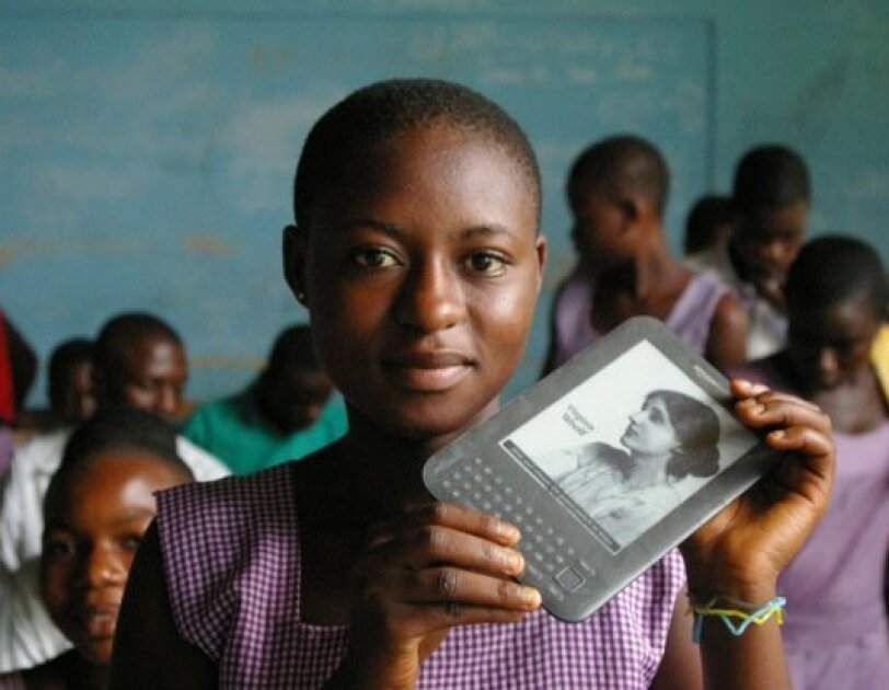 worldreader-student-with-device