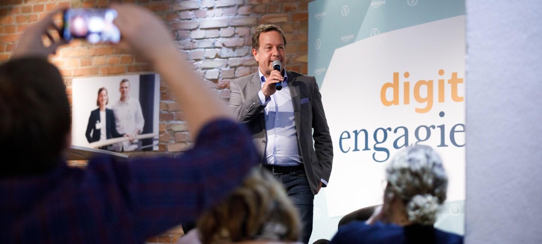 Mann mit Mikrofon hält eine Rede bei der digital.engagiert Preisverleihung