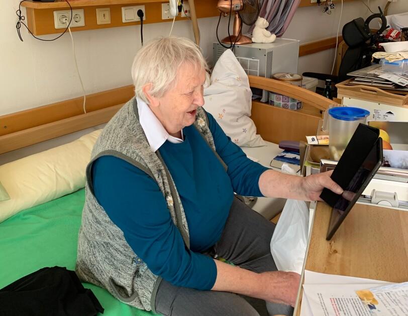 Eine Seniorin mit einem Tablet