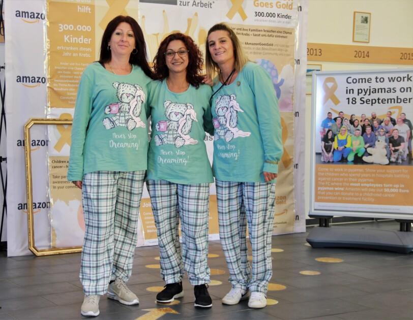 3 Mitarbeiterinnen in identischen Pyjamas.