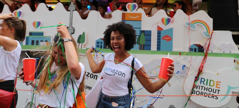 Feiernde Amazon Mitarbeiter vor dem Glamazon-Wagen auf dem Christopher Street Day in München.