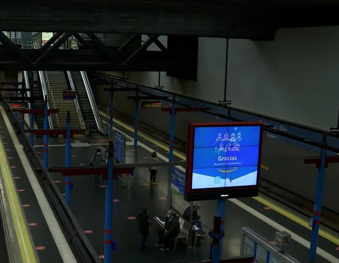 La campaña de Amazon ha durado del 13 al  19 de diciembre. La campaña de agradecimiento también incluye a todos los trabajadores de Amazon en España. Aparece un mupi con fondo azul y la palabra gracias en blanco. Debajo de la palabra gracias hay la sonrisa naranja de Amazon. Es la estación de metro Príncipe Pío de Madrid y se ven dos andanas con gente esperando el metro. De fondo unas escaleras y unas escaleras mecánicas.