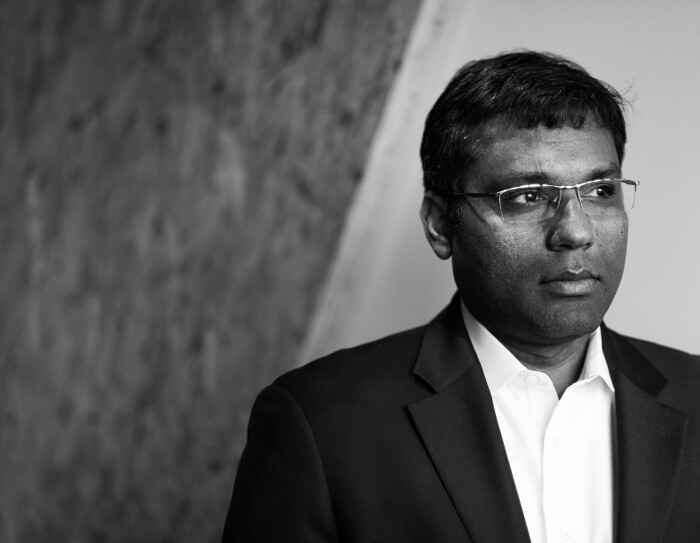 Ritratto in bianco e nero di Rohit Prasad, Vicepresidente e scienziato responsabile di Alexa Machine Learning.