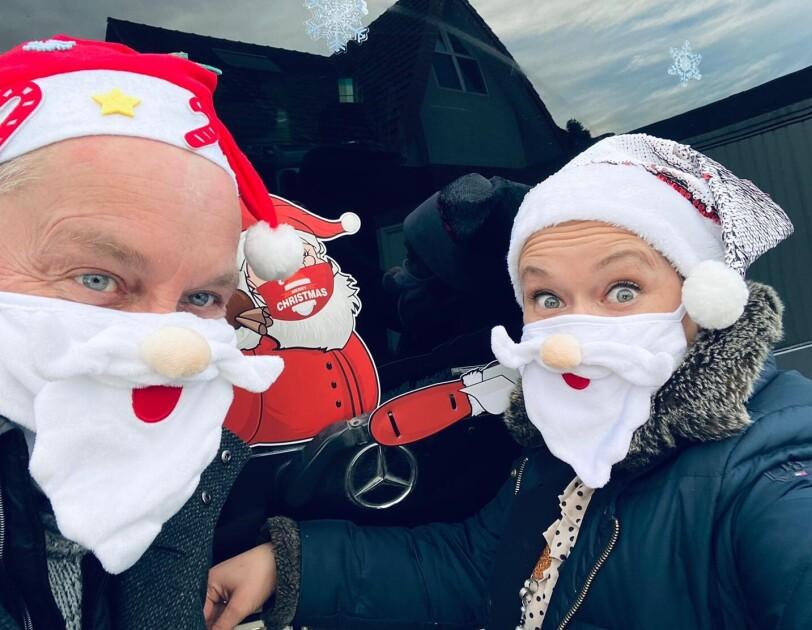 Martin Pausch mit Freundin Rebecca als Weihnachtsmannbzw. -frau.