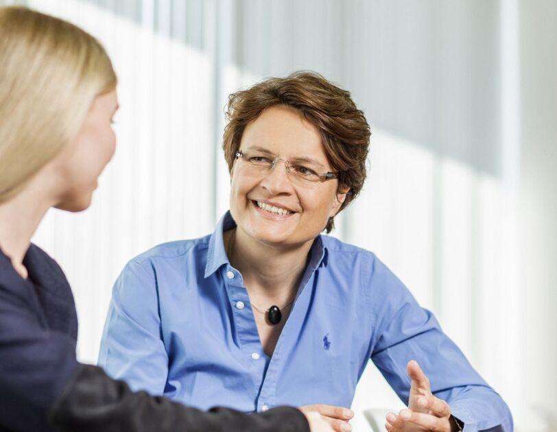 Bettina Günther im Gespräch mit einer Kollegin.