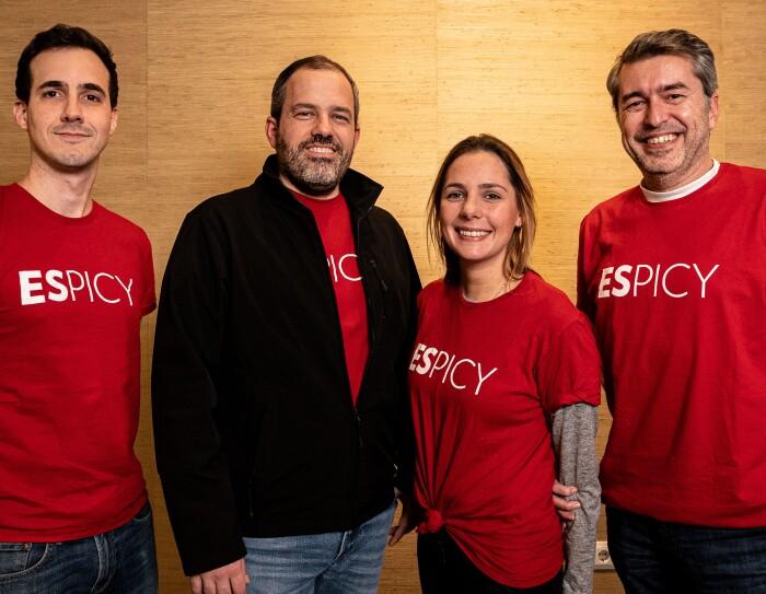 Jean Paul Desenne, Logistics&sales, Juan Vucente Casanova, CEO,  Doreen Cantor, Marketing Director y Fernando Carrera, CFO. Todos ellos visten una camiseta roja de manga corta con la palabra Espicy en blanco.