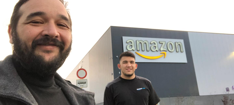 Bülen und Cihan vor dem Amazon Gebäude