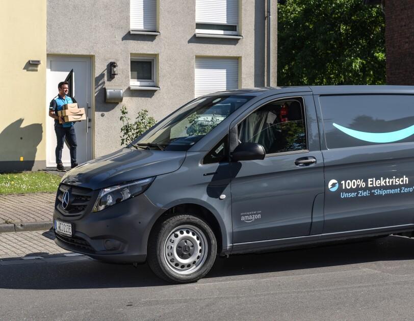 In Essen werden Amazon Pakete mit Elektrolieferfahrzeugen an die Kundinnen und Kunden ausgeliefert.
