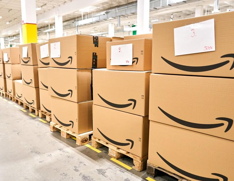 Kartons mit Amazon Logo
