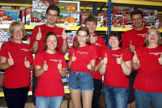 Das Team von KSL in roten T-Shirts in ihrem Geschäft.