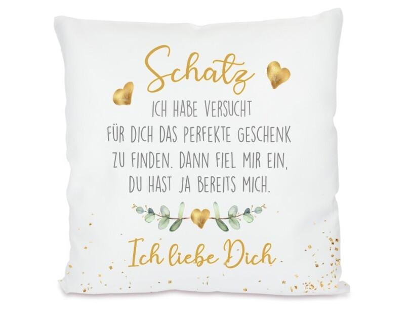 Ein weißes Kissen mit einem Liebesgedicht in schwarzer und goldener Schrift ist auf dem Bild zu sehen.