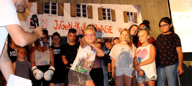 Amazon Smile Hinter den Kulissen_Kinder stehen auf der Bühne und tanzen