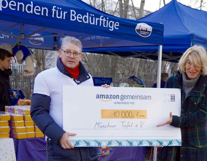 Claus Soltendieck, Standortleiter des Verteilzentrums in München (Daglfing), überreichte Geschenke und eine Spende an die Müncher Tafel.