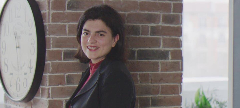 Zena se tient devant un mur de briques dans un coin café des bureaux d'Amazon à Clichy