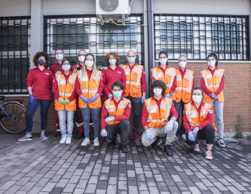Foto di gruppo di volontari di Croce Rossa Italiana sezione Bergamo Hinterland con gilet catarifrangenti e mascherine sanitarie