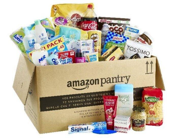 Un grand carton Amazon Pantry rempli de produits du quotidien tels que boissons, shampoing, café, pâtes, produit vaisselle, moutarde ou encore gel douche