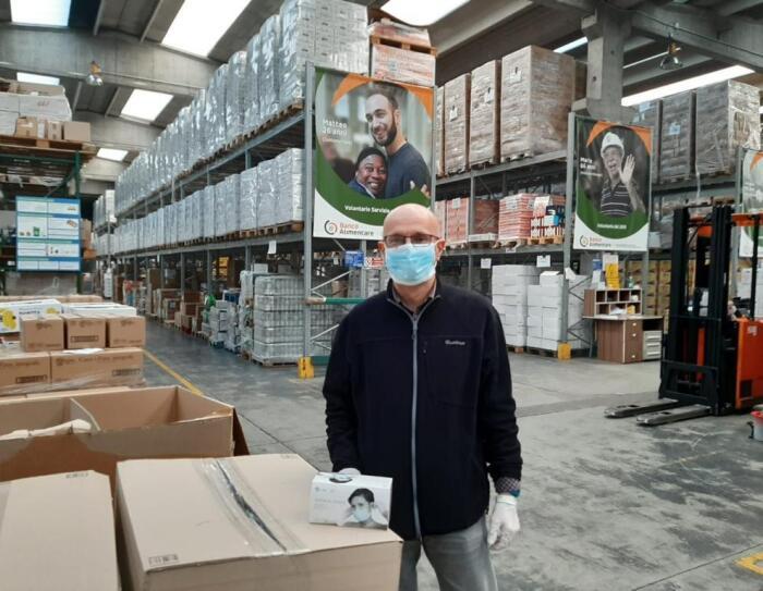 Volontari di Banco Alimentare Lombardia al lavoro per la distribuzione dei pasti.