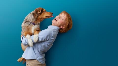 Heike Feldkord, Gründerin und Inhaberin von Dogs and More, mit ihrem Hund.